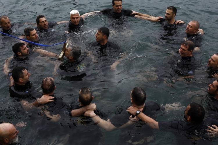 Μέλη του Συνδέσμου Ελλήνων Βατραχανθρώπων Υποβρυχίων Καταστροφών, απόστρατοι και εν ενεργεία, βούτηξαν στη θάλασσα και ανέσυραν τον σταυρό